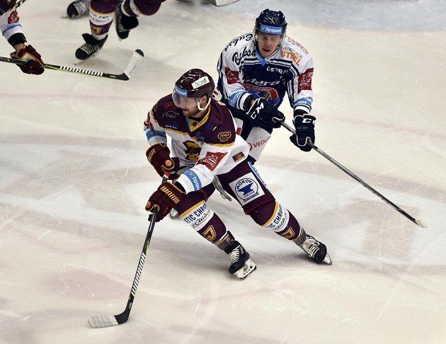 Jihlavský hokejista Petr Šidlík (vlevo) se snaží zmizet vítkovickému Janu Hudečkovi v utkání 34. kola ELH.