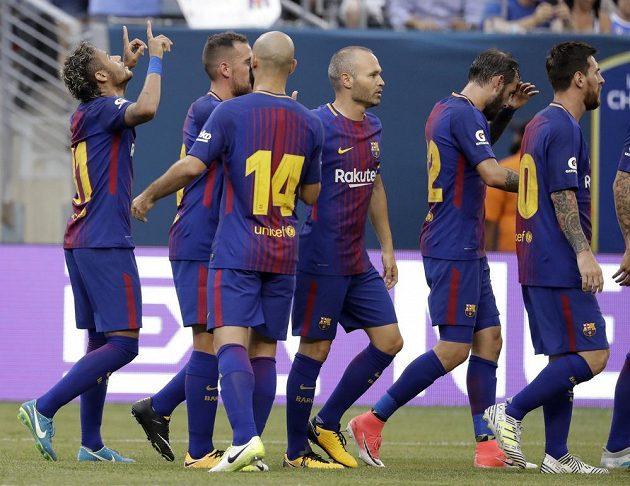 Neymar (první zleva) byl hrdinou Barcelony.