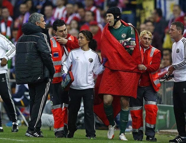 Petr Čech před zraky kouče Joseho Mourinha a v doprovodu lékařky Evy Carneirové.