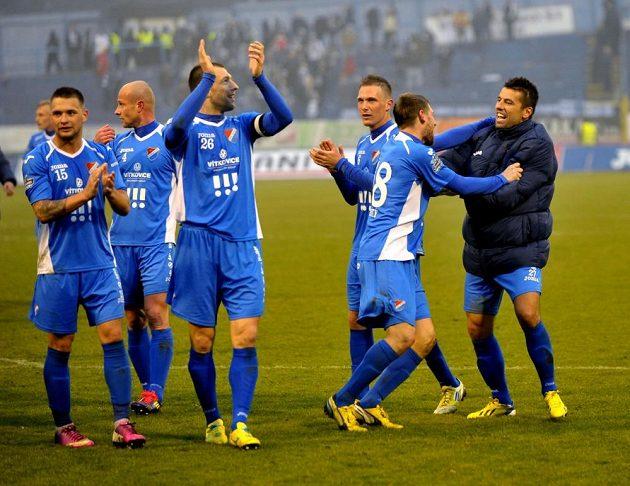 Milan Baroš (první zprava) slaví se spoluhráči z Baníku.