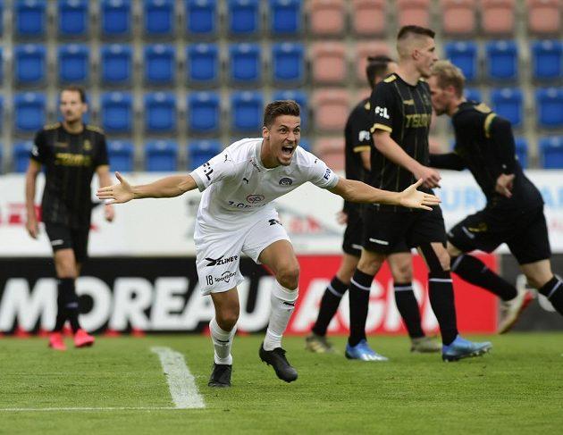 Lukáš Sadílek ze Slovácka se raduje z prvního gólu svého týmu.