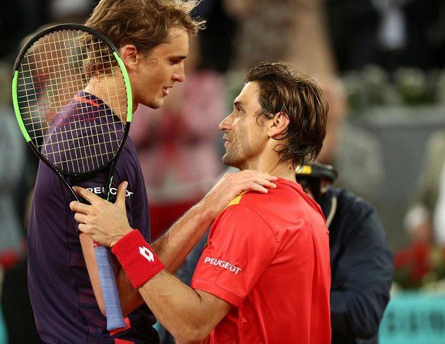 Španěl David Ferrer (vpravo) po posledním zápase kariéry s Němcem Alexanderem Zverevem.