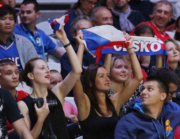 Fanynky českých basketbalistů na stadiónu Pierre-Mauroy v Lille.
