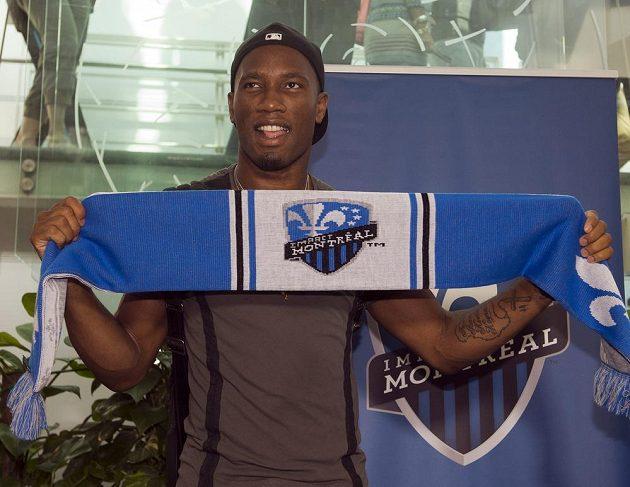 Didier Drogba s šálou Montreal Impact, svého nového zaměstnavatele z MLS.