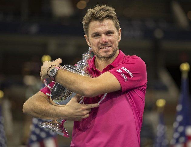 Jsi můj! Stan Wawrinka se laská s pohárem pro vítěze US Open.