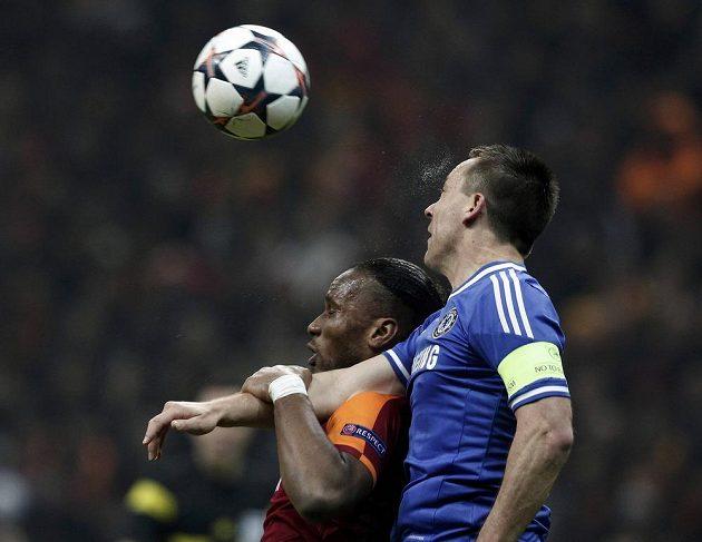 Útočník Galatasaraye Istanbul Didier Drogba ve vzdušném souboji s obráncem Chelsea Johnem Terrym.
