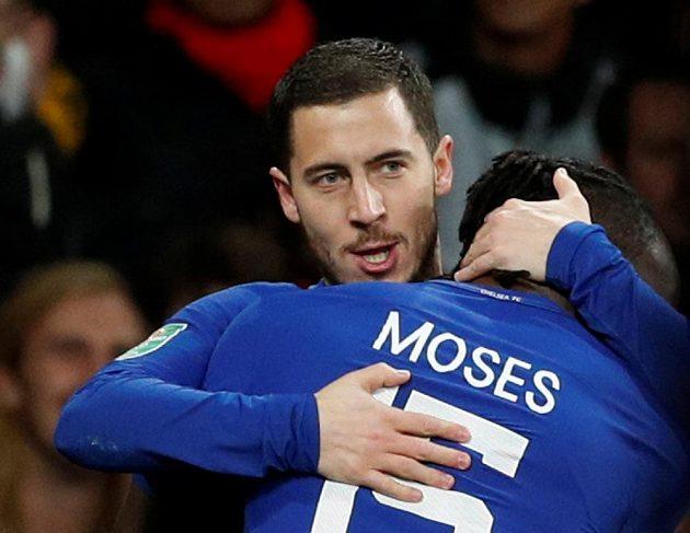 Eden Hazard z Chelsea přijímá gratulace od spoluhráče Victora Mosese poté, co otevřel skóre.