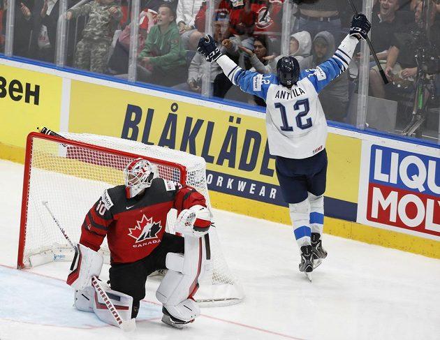Autor dvou finských gólů ve finále Marko Anttila jásá, v popředí smutný kanadský brankář Matt Murray.