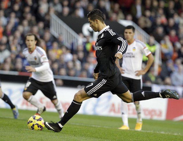 Cristiano Ronaldo sice proměnil pokutový kop, jeho tým však ve Valencii prohrál.