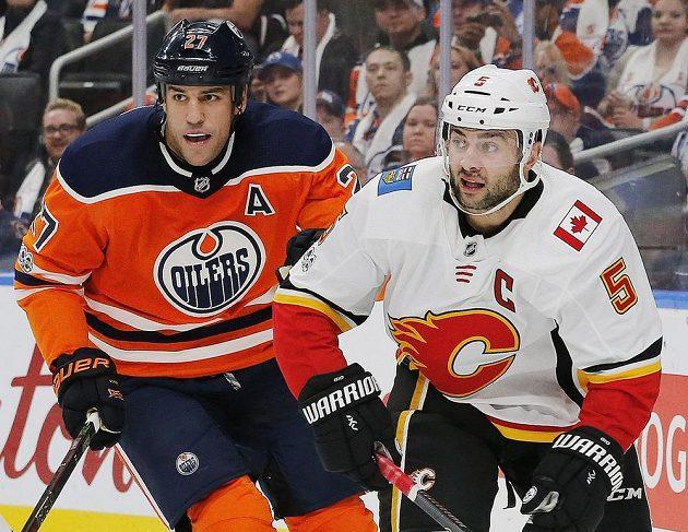 Obránce Calgary Mark Giordano a útočník Edmontonu Oilers Milan Lucic během utkání NHL.
