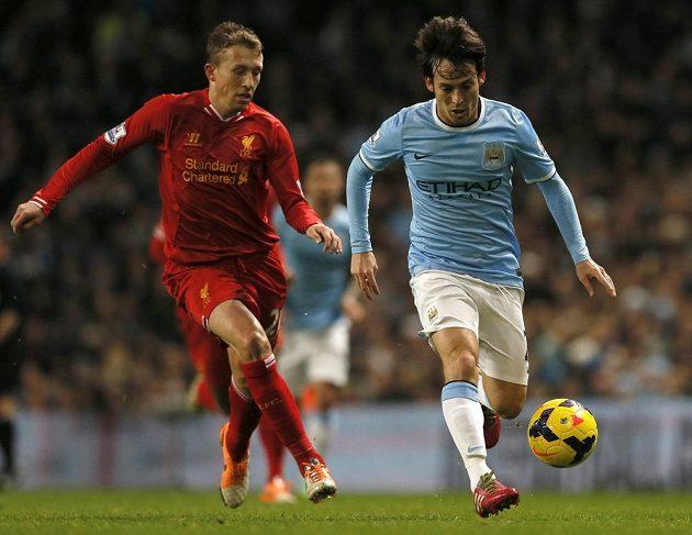 Davida Silvu z Manchesteru City (vpravo) stíhá Lucas Leiva z Liverpoolu.