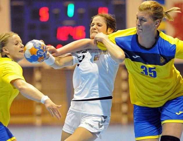 Česká házenkářka Kristýna Salčáková při kvalifikačním duelu s Ukrajinou.