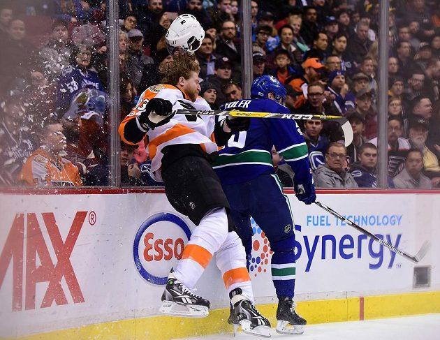 Obránce Vancouveru Alexander Edler narazil Jakuba Voráčka na hrazení s takovou vervou, až českému útočníkovi ve službách Philadelphie odlétla helma.
