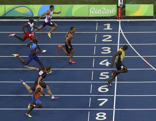 Jamajčan Bolt (dráha č. 6) neměl na dvoustovce konkurenci.