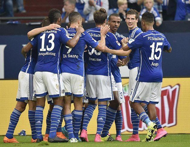 Hráči Schalke se radují po gólu Joela Matipa proti Mohuči.