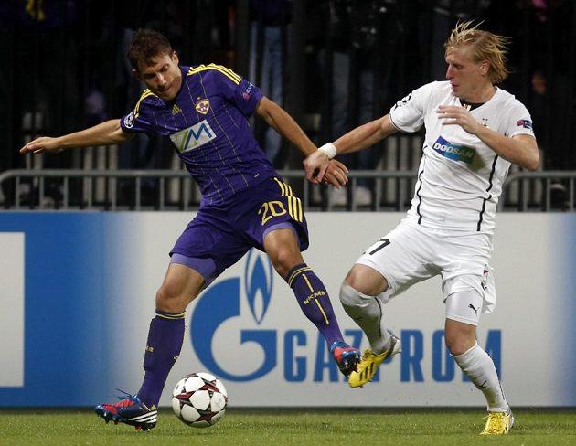 František Rajtoral (v bílém dresu) se snaží sebral míč Goranu Cvijanovičovi.