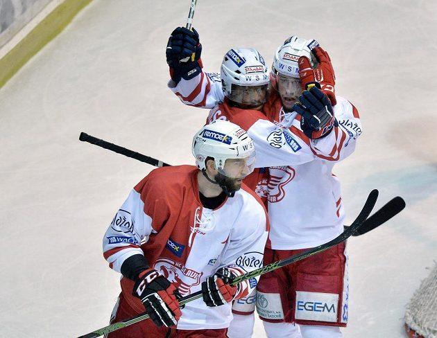 Útočníci Slavie (zleva) János Vas, Nathan Robinson a Jaroslav Markovič se radují z gólu proti Litvínovu.