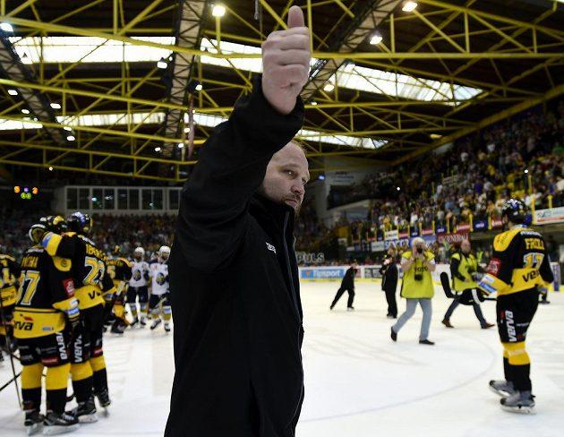 Trenér Litvínova Jiří Šlégr zdraví fanoušky po vítězném utkání. Litvínov se udržel v extralize.