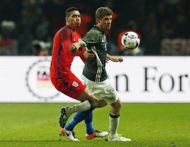 Německý útočník Thomas Müller (vpravo) v souboji o míč s Chrisem Smallingem z Anglie.