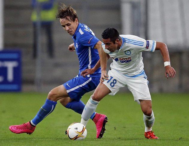 Mauricio Isla z Olympique Marseille si kryje míč před libereckým Josefem Šuralem.