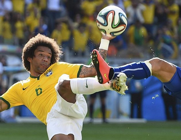 Brazilec Marcelo (vlevo) a Chilan Charles Aranguiz v souboji v osmifinále MS.