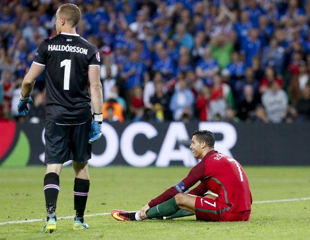 Portugalec Cristiano Ronaldo a islandský brankář Hannes Halldórsson.