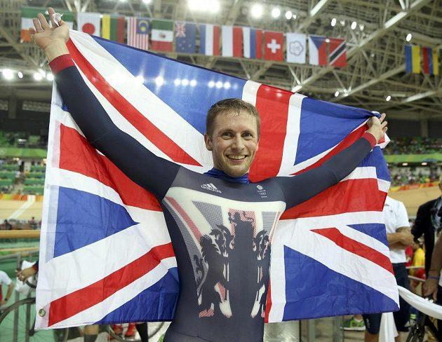 Britský dráhový cyklista Jason Kenny se raduje ze zlaté medaile ze sprintu.
