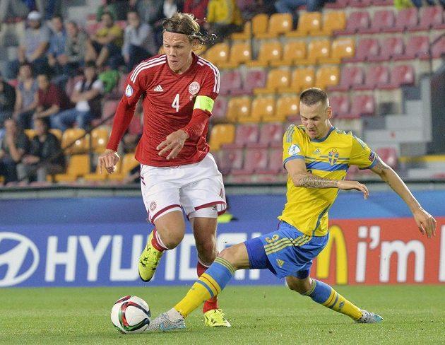 Jannik Vestergaard (vlevo) z Dánska se snaží uniknout Alexandru Miloševičovi.