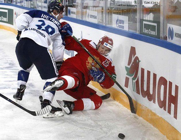 Finský útočník Juuso Hietanen sráží hitem Alaexandera Barabanova na led.