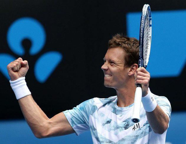 Český tenista Tomáš Berdych se raduje po proměněném mečbolu proti Rafaelu Nadalovi na Australian Open.