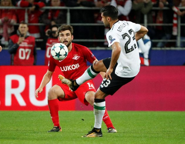 Georgij Džikija ze Spartaku Moskva sleduje kousky Emreho Cana z Liverpoolu.