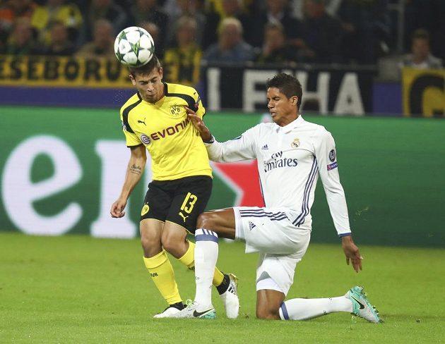 Dortmundský Raphael Guerreiro a Raphaël Varane z Realu.