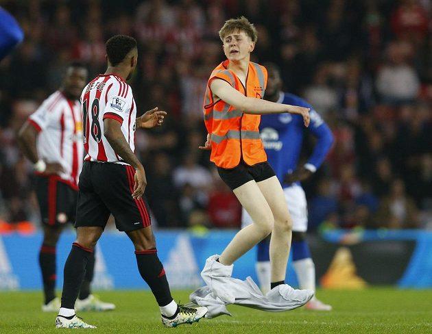 Jermain Defoe ze Sunderlandu se při utkání s Evertonem dostal do blízkosti exhibicionisty, který vnikl na trávník.