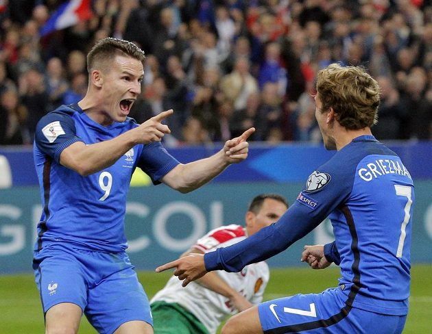 Francouz Kevin Gameiro (vlevo) a Antoine Griezman se radují z gólu proti Bulharsku.