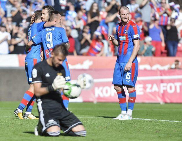 Vpravo spokojený útočník Michael Krmenčík z Viktorie Plzeň po vstřeleném gólu, vlevo vpředu gólman Dukly Filip Rada.