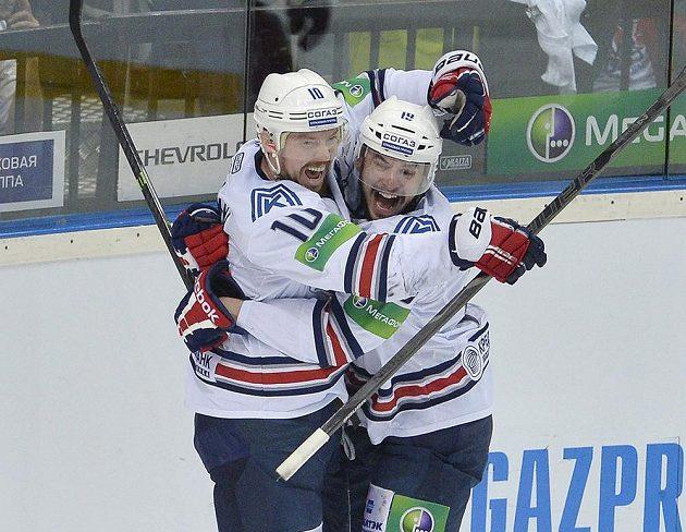 Sergej Mozjakin (vlevo) a Francis Paré z Magnitogorsku se radují z gólu.