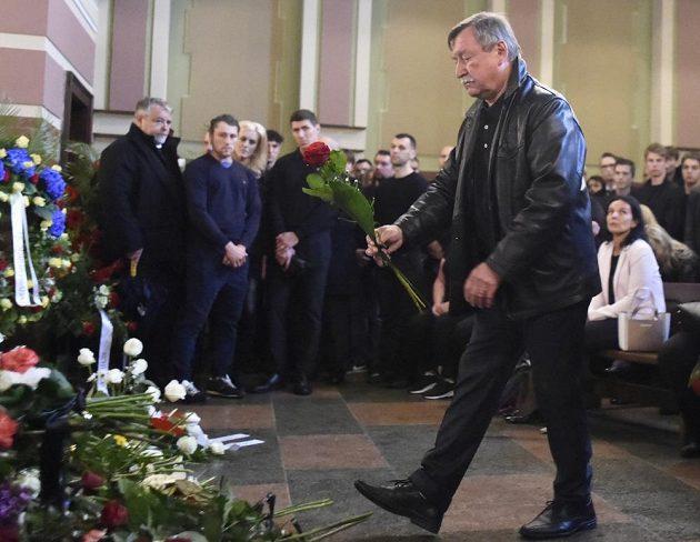 Ikona pardubického klubu Vladimír Martinec při posledním rozloučení s hokejovým brankářem a trenérem Adamem Svobodou.