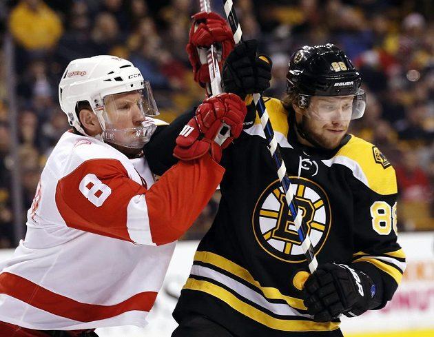 Útočník Detroitu Justin Abdelkader v souboji s českým útočníkem Bostonu Bruins Davidem Pastrňákem během utkání NHL.