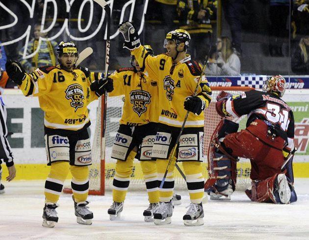 Radost litvínovských hokejistů z druhé branky nad Hradcem. Autorem gólu byl Martin Ručinský (druhý zprava), vlevo je František Lukeš a v pozadí zády brankář Hradce Králové Pavel Kantor.