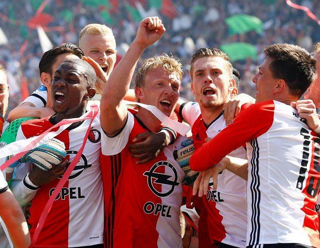 Dirk Kuijt slaví se svými spoluhráči z Feyenoordu zisk titulu.