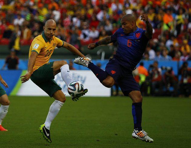 Australan Mark Bresciano (vlevo) v souboji o míč s Nigelem de Jongem z Nizozemska.