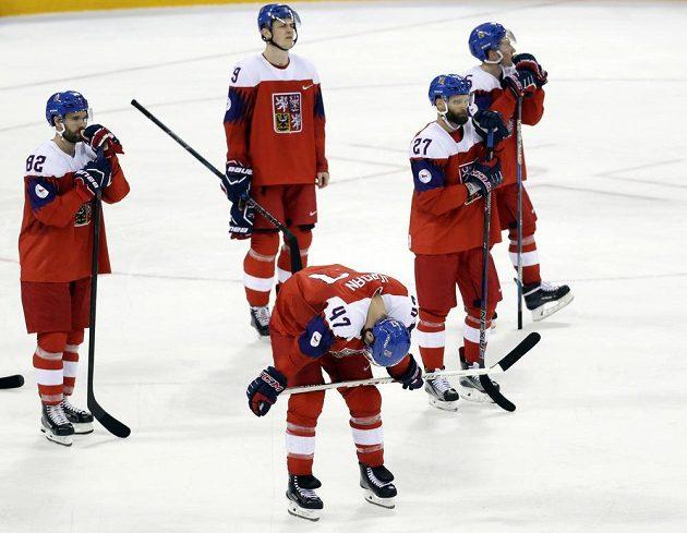 Zklamaní čeští hokejisté po prohře 4:6 s Kanadou.
