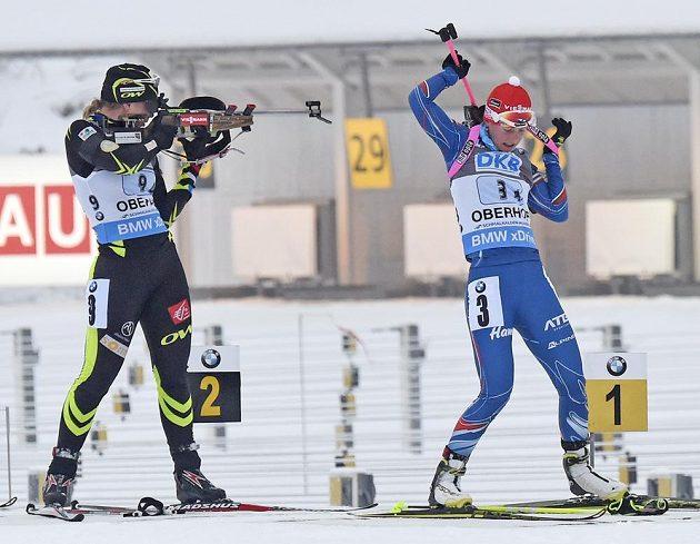 Česká biatlonistka Veronika Vitková (vpravo) a Francouzka Anais Bescondová při střelbě vstoje.