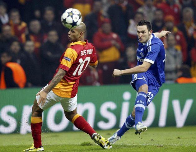 Marco Hoger z Schalke 04 (vpravo) střílí kolem Felipe Mela z Galatasaraye.