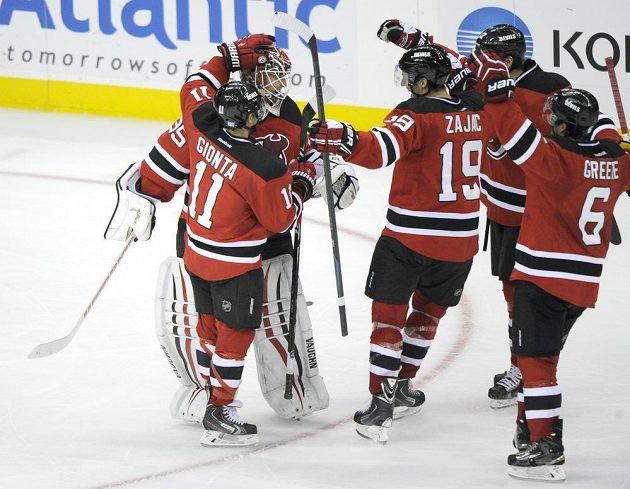 Hokejisté New Jersey slaví výhru nad Winnipegem. V samostatných nájezdech uspěli v NHL po roce a půl.
