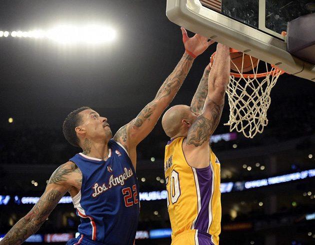 Útočník Los Angeles Clippers Matt Barnes (22) a Robert Sacre (50) z Los Angeles Lakers během čtvrtečního derby v NBA.