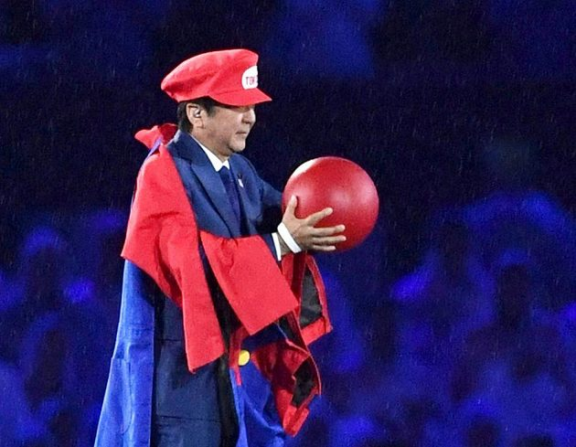 Japonský premiér Šinzó Abe během zakončení OH v Riu jako Super Mario.