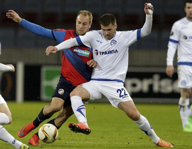 Plzeňský Daniel Kolář v souboji s Romanem Begunovem z Dinama Minsk v utkání Evropské ligy.