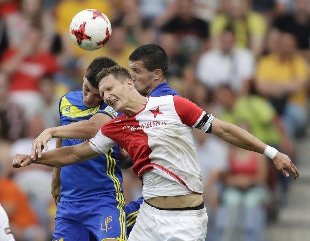Slávistický snajpr Milan Škoda svádí vzdušný souboj s dvojicí bránících hráčů Borisova.