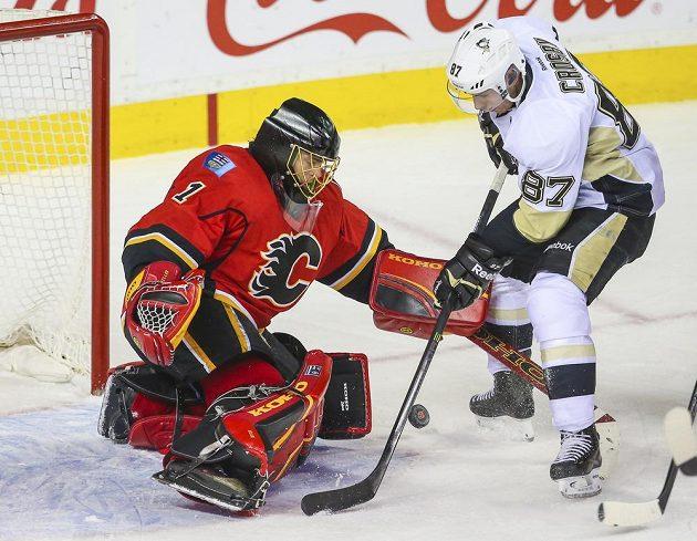 Sidney Crosby se snaží překonaš švýcarského gólmana Jonase Hillera.